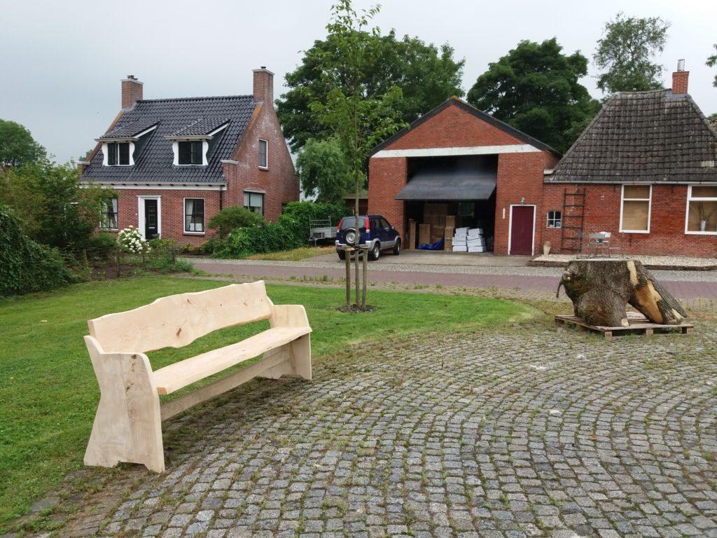 Bank en tafel op dorpsplein