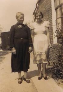 Anje Riepma-van Kalker met haar dochter Mien Riepma bij haar woning.
