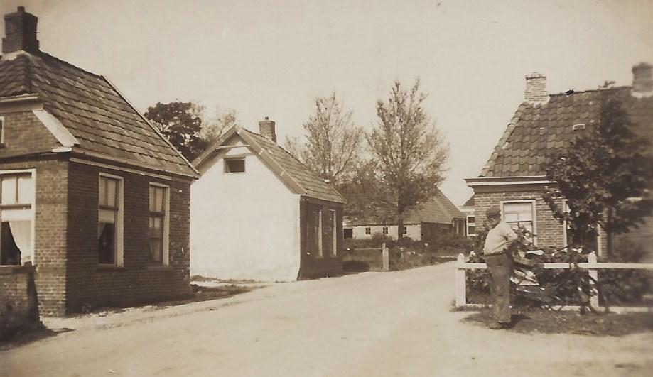 Links op deze foto uit 1948 is nog goed te zien, dat het middenstuk van het 'Lang Hoes' (zie 36 hieronder) het oorlogsgeweld niet heeft overleefd. Ook het huis van de fam. Nieboer (zie 35 hierboven) was na de oorlog verdwenen. De behuizing van smid Siekman (zie 34) is nog zichtbaar. Rechts staat Gerrit Wiers (zie 5) voor de woning van de fam. Sterenberg (zie 6).