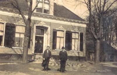 Het echtpaar Riepma-van Kalker (zie 36C) voor de boerderij.
