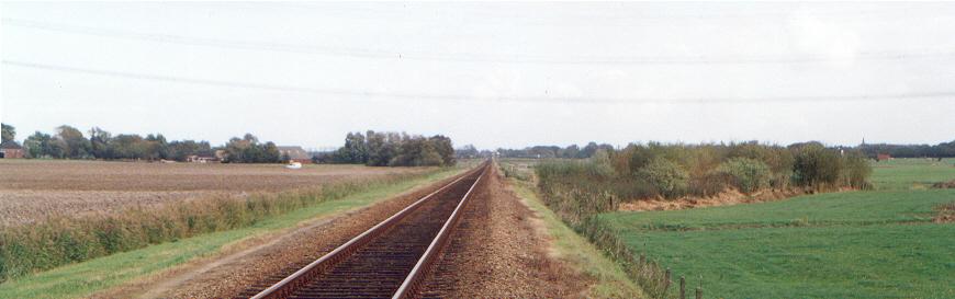 Rechts naast de spoorbaan is de plaats zichtbaar, waar de wachtpost ('Wh 31') stond.