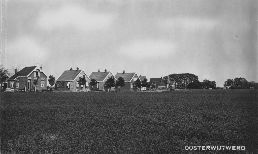 Huizen aan de Damsterweg: vlnr het geboortehuis van mijn vader (zie 1),de beide gemeentewoningen (zie 79 en 78) en andere woningen (zie 77, 76 enz.).