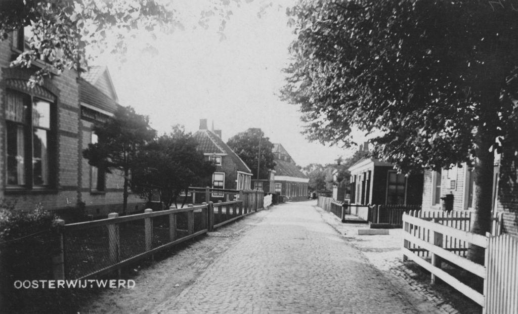 De Dorpstraat in vroegere jaren.